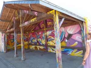Locqueltas : fresque sur le préau réalisée par et pour les jeunes