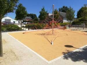 Locqueltas : aire de jeux place de la mairie