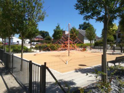 Locqueltas (56) : aire de jeux sur la place de la mairie