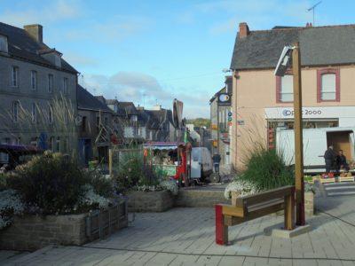 Deux bancs connectés, co-fi nancés par la commune et l'intercommunalité, ont été mis en place dans le bourg. On peut y recharger son téléphone et accéder à la wi-fi gratuitement.