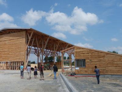 Le projet construit en bois local intègre la possibilité d'un doublement de la surface, en cas de succès de la démarche
